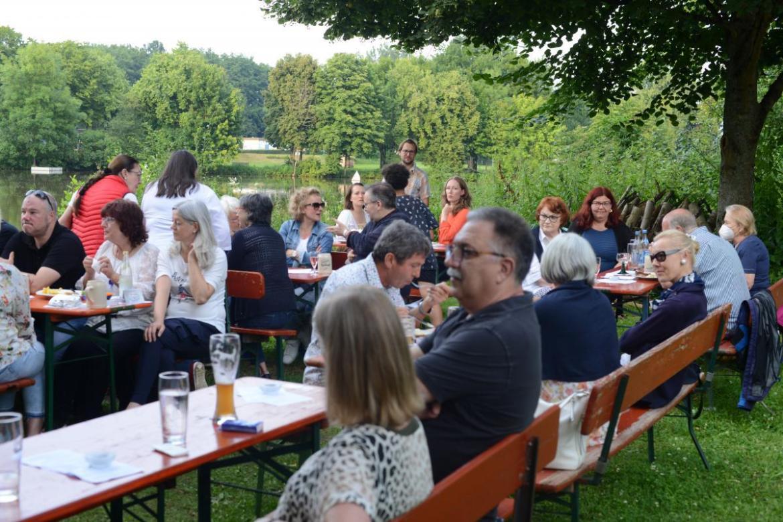 Die Mitglieder genossen den lauen Sommerabend am Fluss