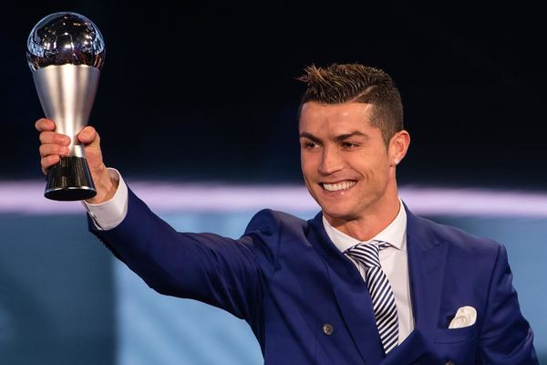 Cristiano arrasa a Messi para seguir siendo 'The Best'