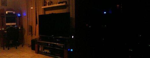 Comparación de habitación con la luz prendida (izquierda) y apagada (derecha)