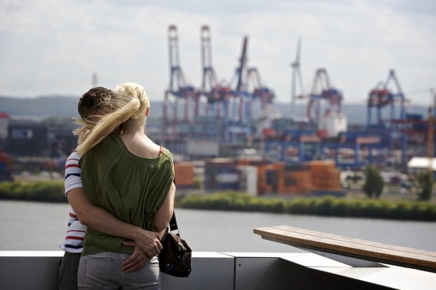 Paar auf dem Dach des Dockland-Gebäudes mi