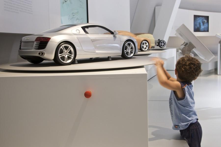Junger Autofan im Audi-Pavillon