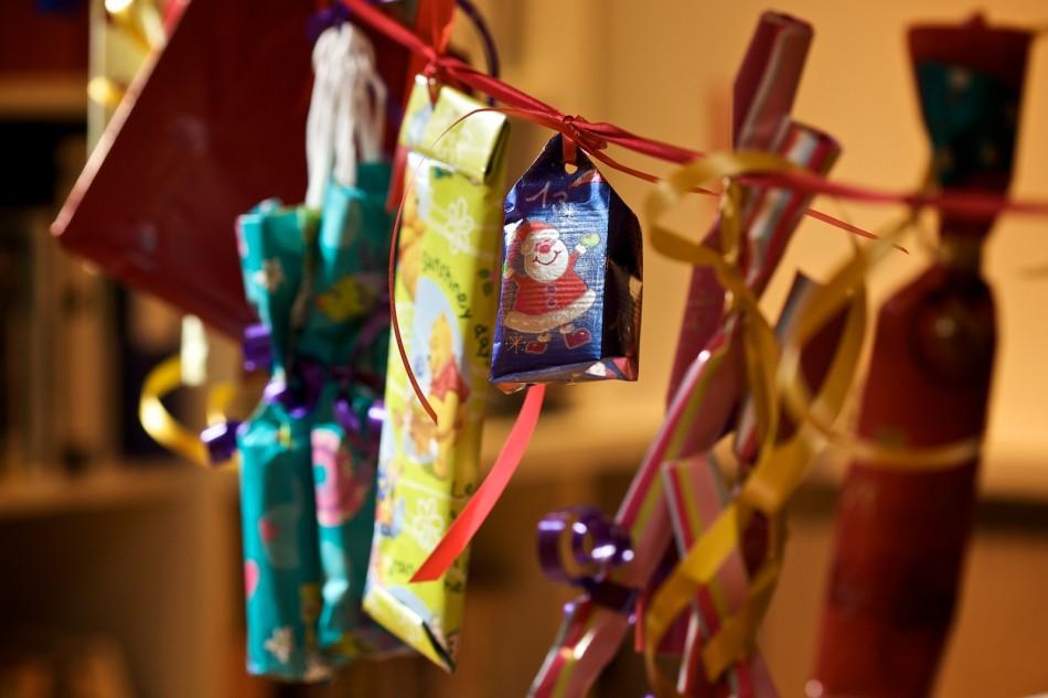 Adventskette mit Geschenkpäckchen
