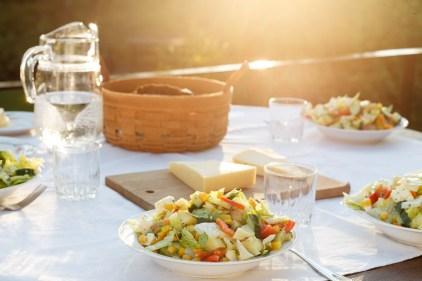 Schweden-Urlaub: Abendessen im letzten Sonnenschein auf der Terrasse