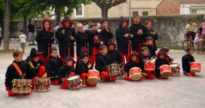 Fotografia de grup de la colla de diables petits de Moja