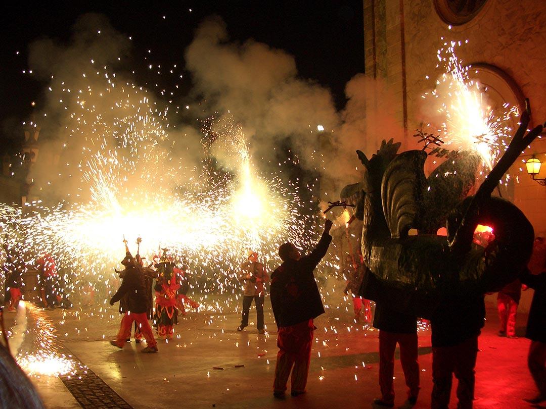 La colla gran i el drac petant carretilles davant l'església de Sant Jaume de Moja