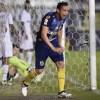 Ricardo Oliveira sai para comemorar seu gol na Vila Belmiro. Foto: Ivan Storti/Santos FC