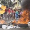 Manifestantes contrários a greve da Polícia Militar protestaram em frente ao Quartel do Comando Geral, no bairro de Maruípe. Foto:  Gabriel Lordello/Folhapress