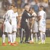 Dorival Júnior consola os jogadores do Santos após a eliminação no Paulistão. Foto: Ricardo Moreira/Fotoarena/Folhapress