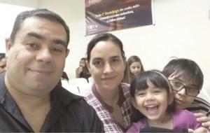 """Asevedo com a esposa Marilucy e os filhos Raphael e Micaella: """"você tem um vínculo pelo resto da vida"""". Foto: Arquivo pessoal"""