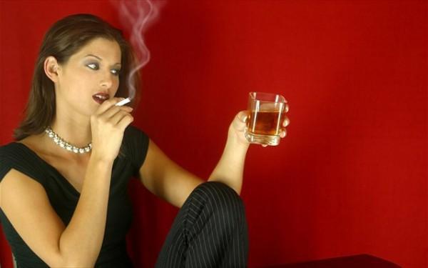 diaforetiko.gr : gunaika kapnisma alkool 600x375 Δείτε 9 τρόπους για να περιορίσετε τις πιθανότητες καρκίνου!