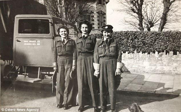 Φλωρεντία (πολύ αριστερά) κατά τη διάρκεια του χρόνου της στην RAF. Έχοντας αποσυρθεί από την εργασία της ως κοινωνικής λειτουργού τοπικής αυτοδιοίκησης στην ηλικία των 70 ετών και με την οικογενειακή διαβίωσή της μακριά, έμεινε μόνη της