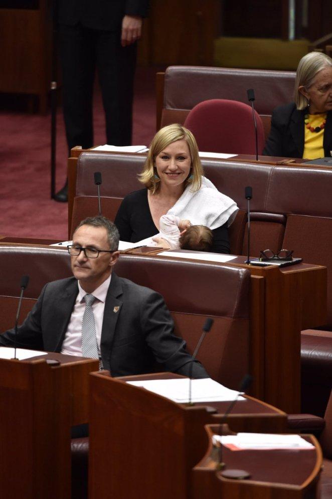 Βουλευτής στηνΑυστραλίαθηλάζει την κόρη της κατά την διάρκεια της ομιλίας της - Εικόνα 1