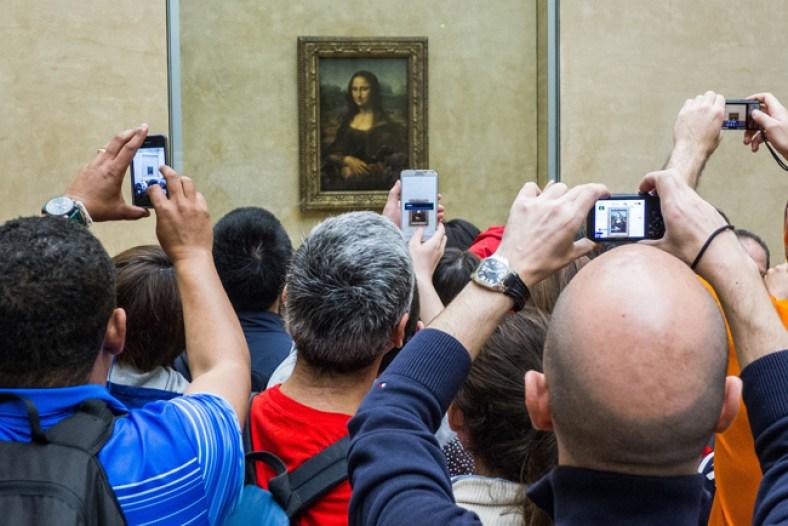 Turistas fotografiando la Gioconda en el Museo del Louvre (París)