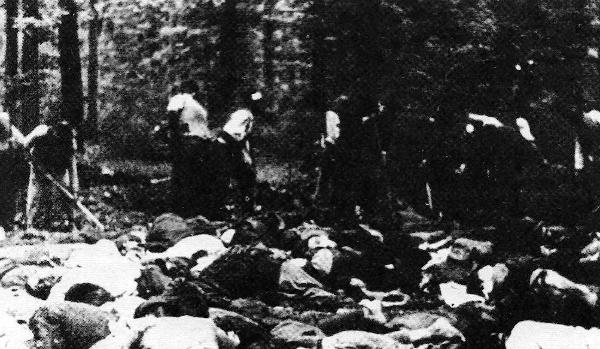 Σε δάσος κοντά στην Κόζαρα πραγματοποιείται η ταφή πτωμάτων Σέρβων μετά τη σφαγή (1941)