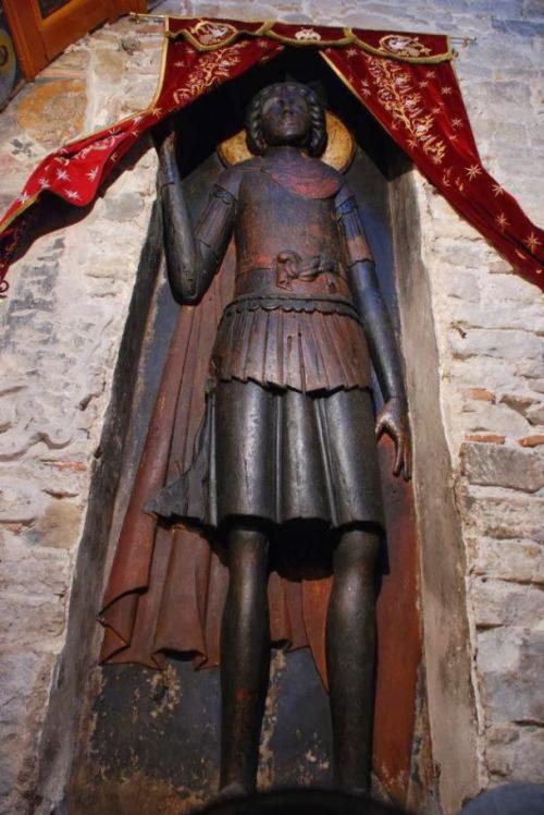 Η υπερμεγέθης ανάγλυφη εικόνα του Αγίου Γεωργίου στην Ομορφοκκλησιά Καστοριάς.