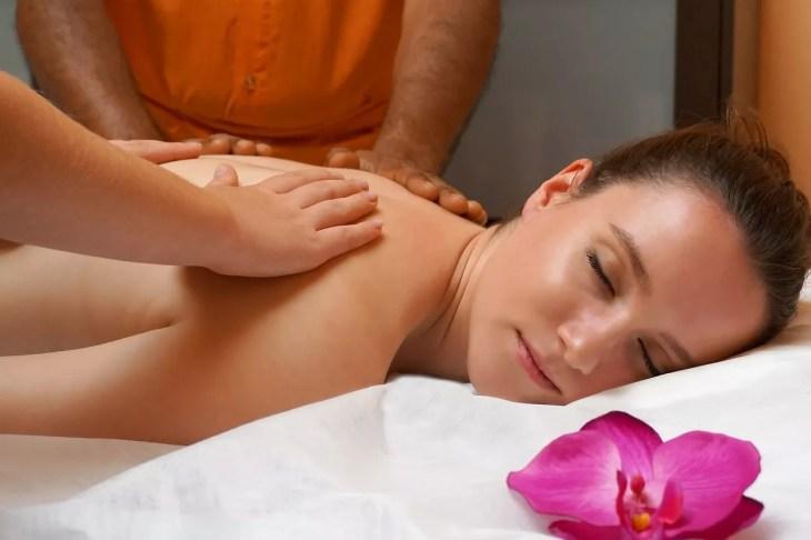 Eine Frau liegt auf einem Massagetisch und verwöhnt sie auf ultimative Weise.