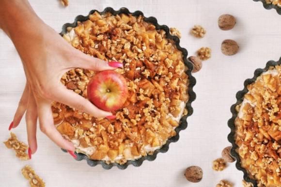 Linecký koláč s tvarohovo-ricottovým krémem, pečenými jablky a ořechy | Recept na klasickou i zdravější variantu
