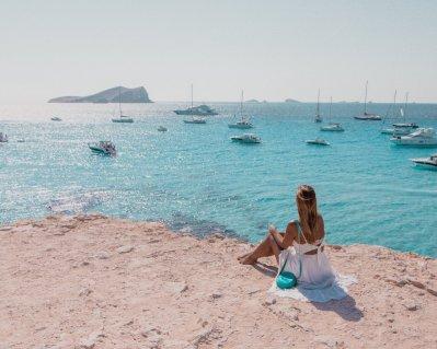 Ибица - один из самых популярных и посещаемых островов Средиземноморья. Откройте для себя все лучшее, что можно сделать на Ибице с этим руководством. #ibiza #spain #travelblog #travel #bestofibiza #travelguide Путеводитель по Ибице Путеводитель по Ибице Cala Comte Ibiza Viewpoint