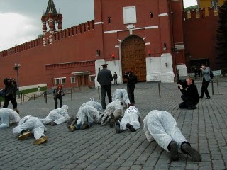 Ecodefense marks the 16th anniversary of the Chernobyl catastrophe by staging a protest against the import of nuclear waste into Russia. Red Square, Moscow, 2002. (Photo: Ecodefense.ru)