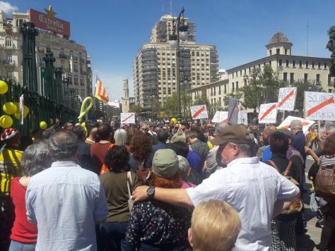 Els assistents han cridat a favor de la república i de la llibertat dels presos polítics. / TERE RODRÍGUEZ