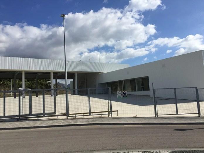 En los próximos días vuelvan a reanudarse los trabajos para la instalación de portones, el ajardinamiento y el acondicionamiento de la entrada peatonal del recinto.