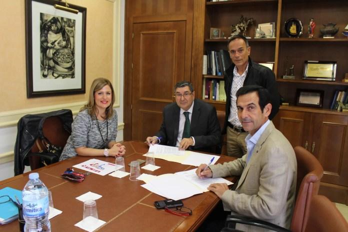 El alcalde de Vélez-Málaga cierra la firma de dos nuevas parcelas en el Parque Tecnoalimentario