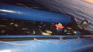 Imagen de la embarcación donde viajaban solo adultos.
