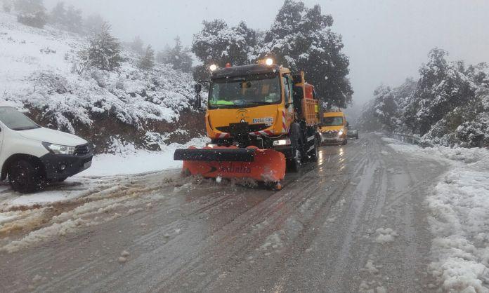 Una treintena de medios terrestres trabajan para paliar los efectos de las nevadas en las carreteras de la provincia