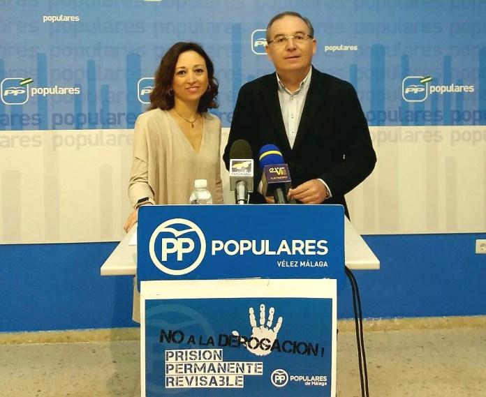 La secretaria general del PP de Málaga,Patricia Navarro, junto al presidente local de la formación, Francisco Delgado Bonilla.