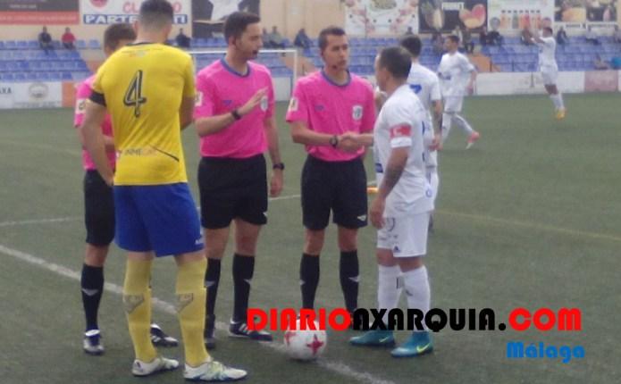 Nueva derrota del Vélez Club de Fútbol en el descuento frente al Huétor Tájar (1-2)