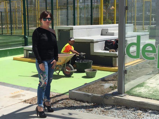 La concejala de Deportes, María José Roberto, visitó hoy las instalaciones donde se están realizando las obras para la instalación de un gimnasio al aire libre y la construcción de varias gradas en la zona de las pistas de pádel.