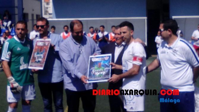 Iván Cabello y Bennjamín López Hidalgo recibieron un recuerdo de su equipo.