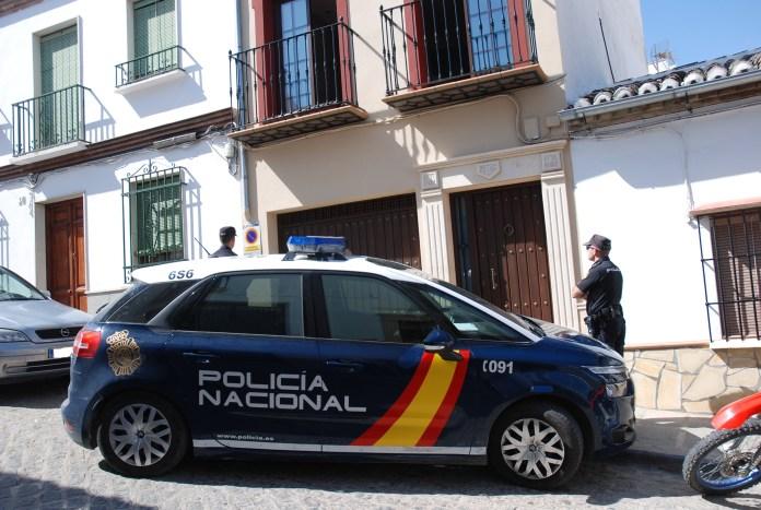 Agentes de la Policía Nacional y de la Policía Local colocaron un vehículo radiopatrulla bajo un balcón y, después de subirse al techo del coche, consiguieron trepar hasta la planta alta del inmueble y evacuar a los siete moradores -cuatro de ellos menores-