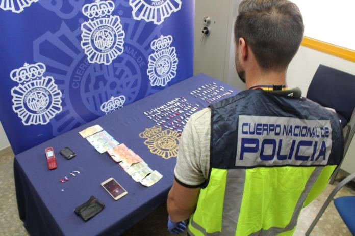 La Policía Nacional detiene a un hombre con 126 dosis de cocaína y otras 37 de heroína en plena operación de venta de estupefacientes en Málaga capital