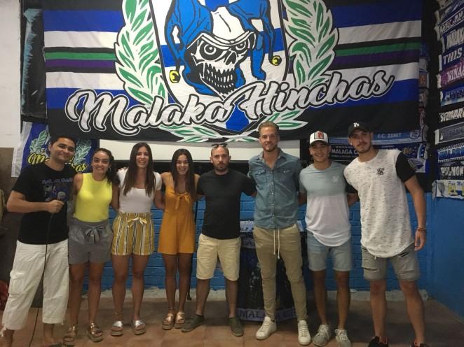 La sede de Malaka Hinchas, grupo de animación integrado en el Fondo Sur 1904, sirvió de escenario para rendir homenaje al Atlético Malagueño y al Málaga CF Femenino por sus recientes ascensos de categoría.