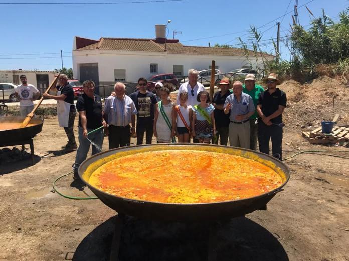Con la colaboración de la Hermandad del Sagrado Corazón de Jesús, los asistentes han saboreado un exquisito arroz. Para la ocasión se instaló una pantalla gigante para ver el partido de la Selección Española frente a Rusia.