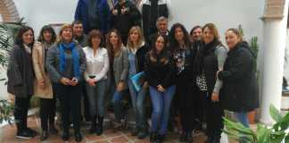 La concejala de Empresa y Empleo del Ayuntamiento de Vélez-Málaga, María José Roberto, ha visitado esta mañana a los 26 alumnos del programa 'Vives Emplea' (6 hombres y 20 mujeres),.