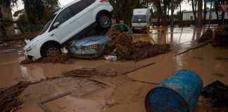 En una cochera de la calle Loma del Romeral , 32 se recoge agua, ropa y otros enseres para ayudar a laos damnificados por el temporal en la provincia de Málaga.