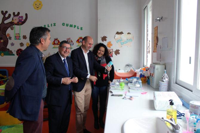 Los socialistas resaltan que Andalucía es pionera en garantizar la gratuidad de los libros de texto.