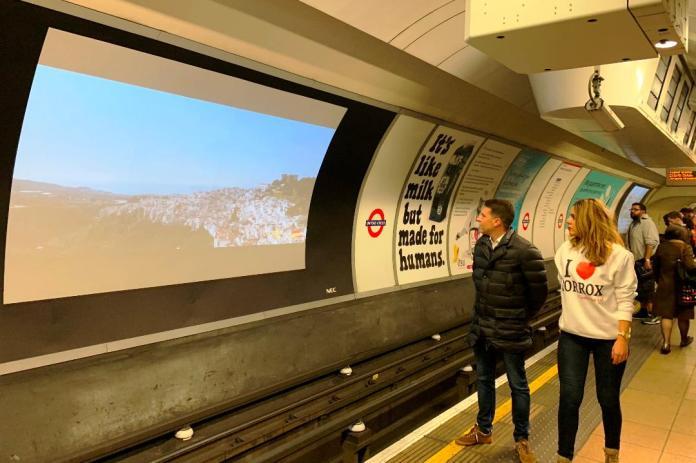 La imagen de Torrox viaja en el metro londinense