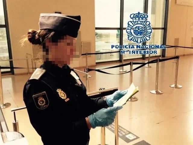 Detienen en el aeropuerto de Málaga a una 'mula' que llevaba 54 bellotas de cocaína en su organismo