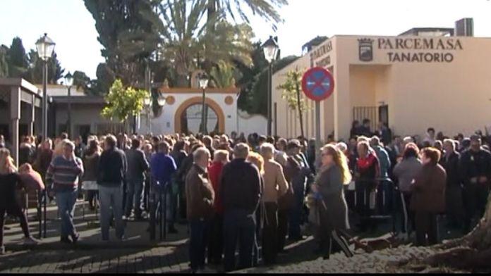 Multitudinaria despedida a Julen en el cementerio de El Palo