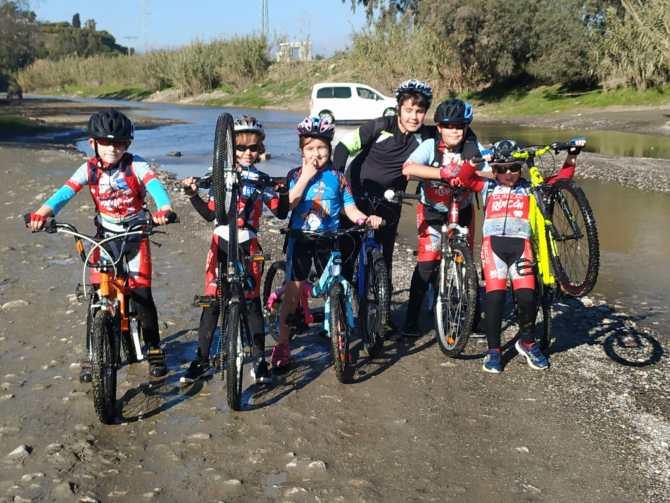 El equipo de ciclismo de Rincon Sport Team disfruta de una ruta de montaña