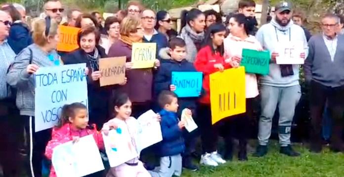 Vecinos de Totalán realizan una concentración en apoyo del pequeño Julen y su familia