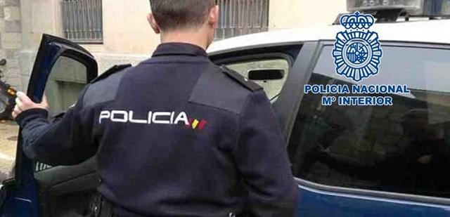La Policía Nacional detiene a un hombre que acababa de robar en el interior de tres vehículos y recupera los efectos sustraídos