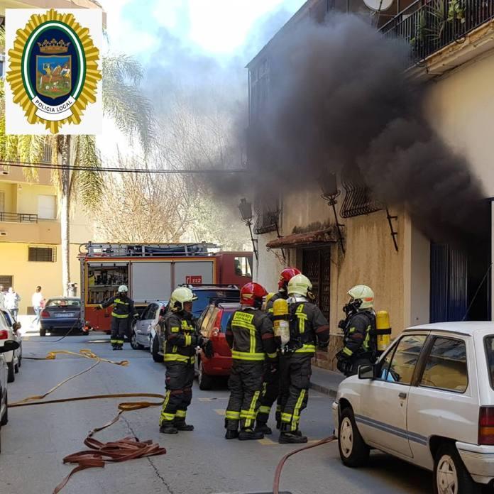 Imagen de una de las actuaciones realizadas por la Policía Local de Vélez-Málaga y efectivos de los Bomberos. Foto/ Policía de Distrito Vélez-Málaga.