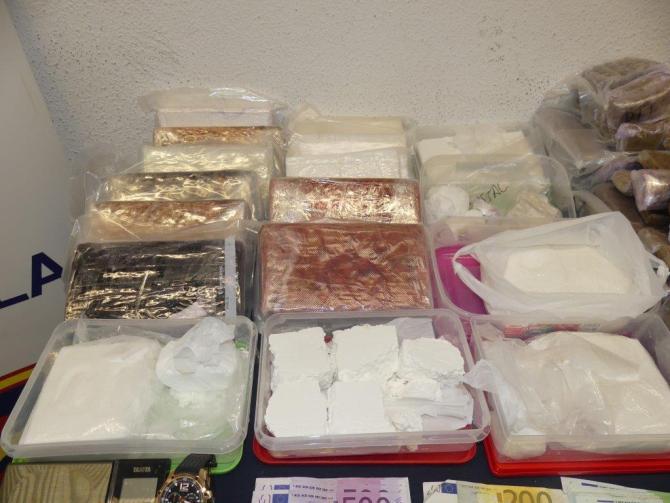 Según las pesquisas, los investigados almacenaban grandes cantidades de cocaína, hachís y marihuana en pisos de la localidad y realizaban su venta de una forma continua entre clientes, clubes y locales de ocio.