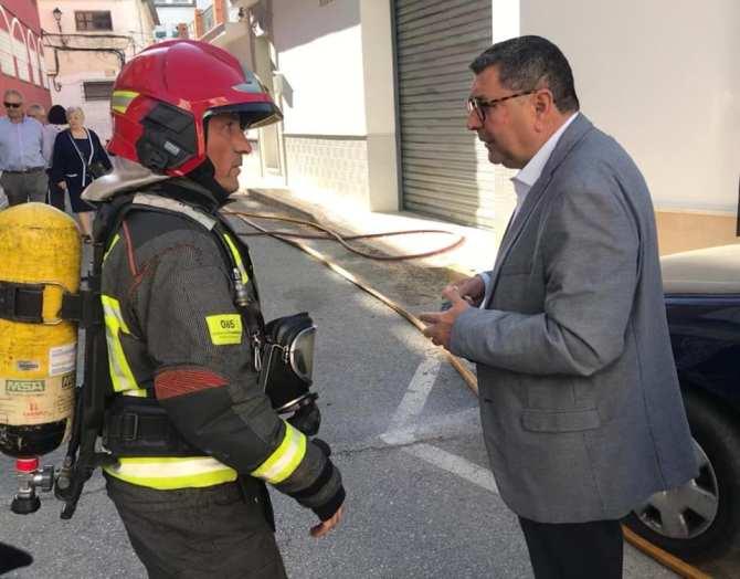 El alcalde de Vélez-Málaga, Antonio Moreno, ha visitado el lugar de los hechos.