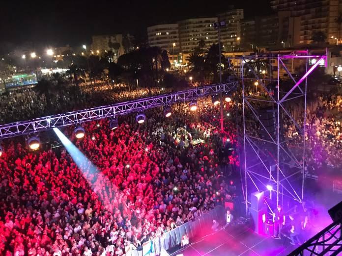 Torre del Mar vive su Noche de San Juan más multitudinaria con miles de personas en sus playas