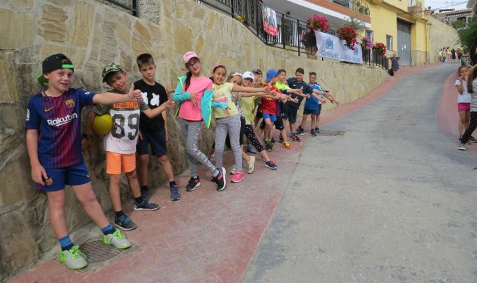 Escolares de La Viñuela invaden con juegos las calles de Romanes